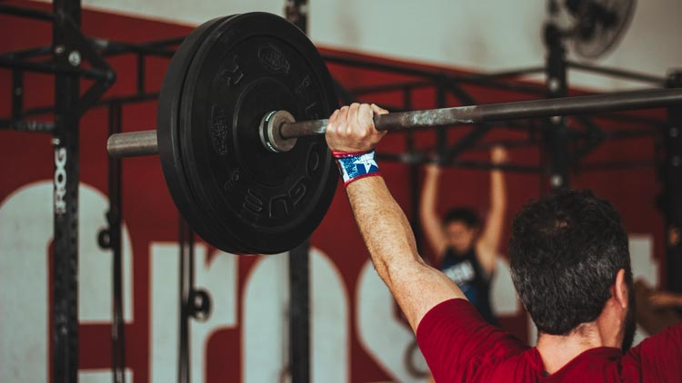 spingere con le spalle overhead squat